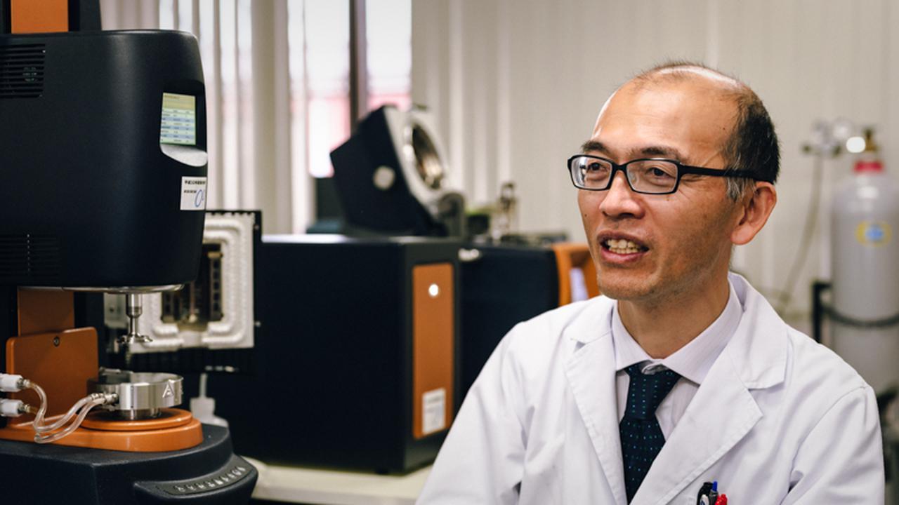 画像: 平尾浩一さん。現在は、滋賀県産業支援プラザ連携推進部医工・成長産業振興課課長