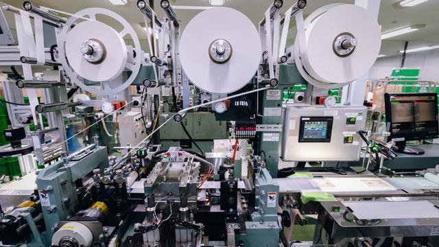 画像: 東洋化学の絆創膏の製造ライン