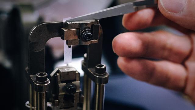 画像: 開発するフィルムを試験にかける