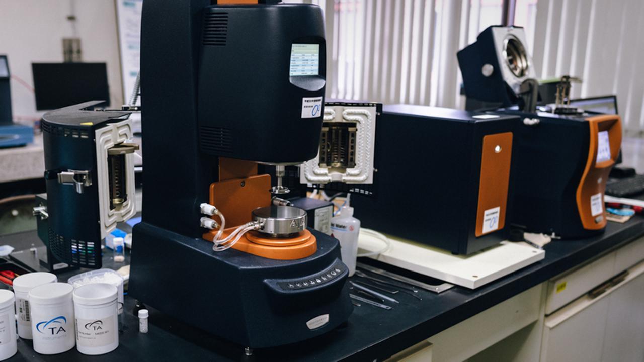 画像: センターでは最先端の試験機器が約300種類自由に利用できる。機器の利用は、年間7000〜8000件