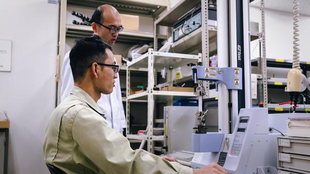 画像: ハイドロコロイド絆創膏の引張強度を測る試験機器。肌へのなじみやすさなどを測れる