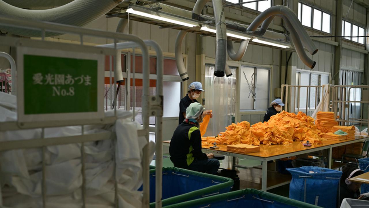 画像: クリーニング工場には毎日、福祉施設やホテルからタオルなどが大量に運ばれてくる