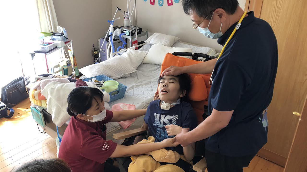 画像: 「病院から自宅への退院移行の支援も今後力を入れていきたい」と看護部長の金城のえみさんは語る=左