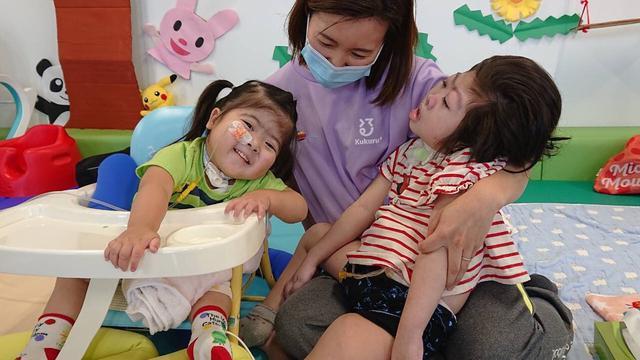 画像: Kukuruの施設で遊ぶ夢杏ちゃん=左。看護付きの保育園にも通えるようになった