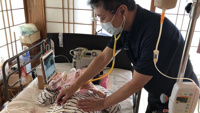 画像: 訪問診療を行う医師の當間隆也さん。「ご家族が孤立しないよう社会とつながる支援も必要」と指摘する