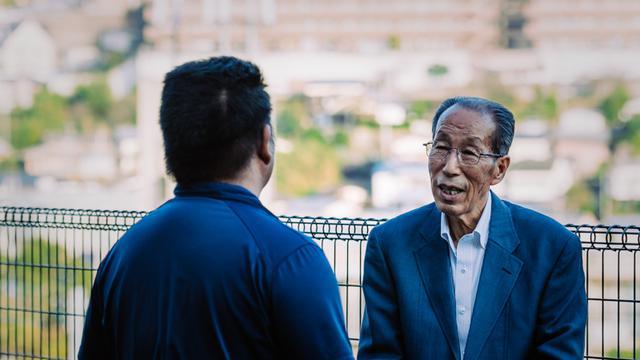 画像: 濱崎さんと話す、元保護司の中村正則さん。今でも付き合いが続いている