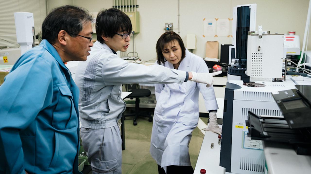 画像: 検査機器を操作する研究員ら