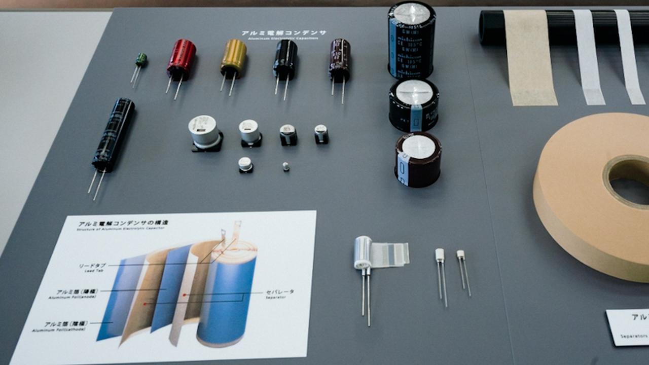 画像: コンデンサは電気を溜めたり、放出したりする電子部品。セパレータは、コンデンサ内の+極と−極の間を絶縁しつつ、電解液を保持するために使われる