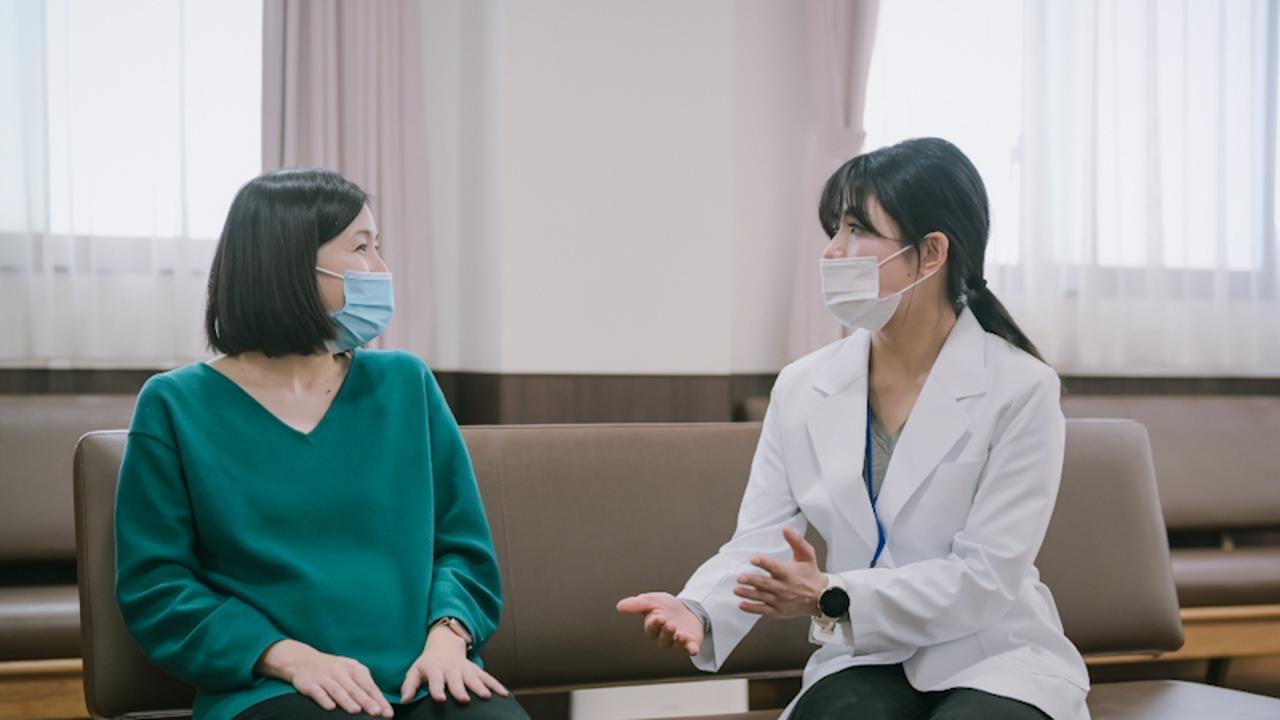 画像: 妊婦に話を聞く森野佐芳梨さん(右)