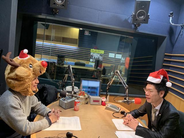 画像: ★写真撮影のためにかぶったサンタ帽&トナカイが意外とハマるUちゃん&谷さん。