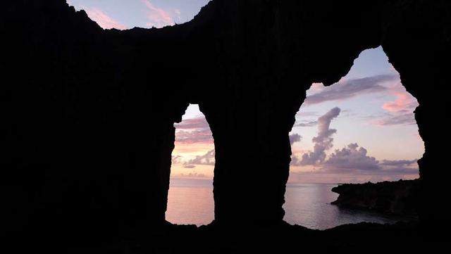 画像: 犬の門蓋の眼鏡岩