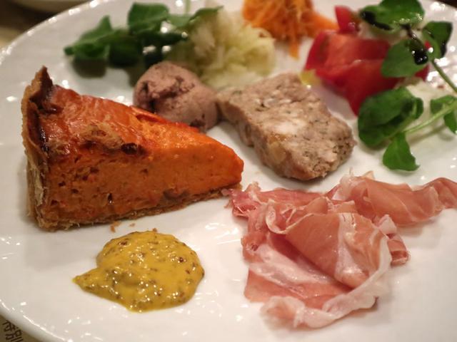 画像: トマトキッシュや生ハム、田舎風パテなどがセットになった前菜盛り合わせ