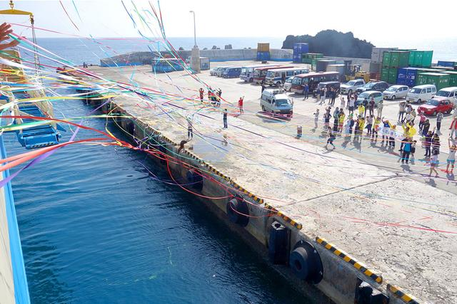 画像: 港を発つ際、はためく色とりどりの紙テープは涙もの