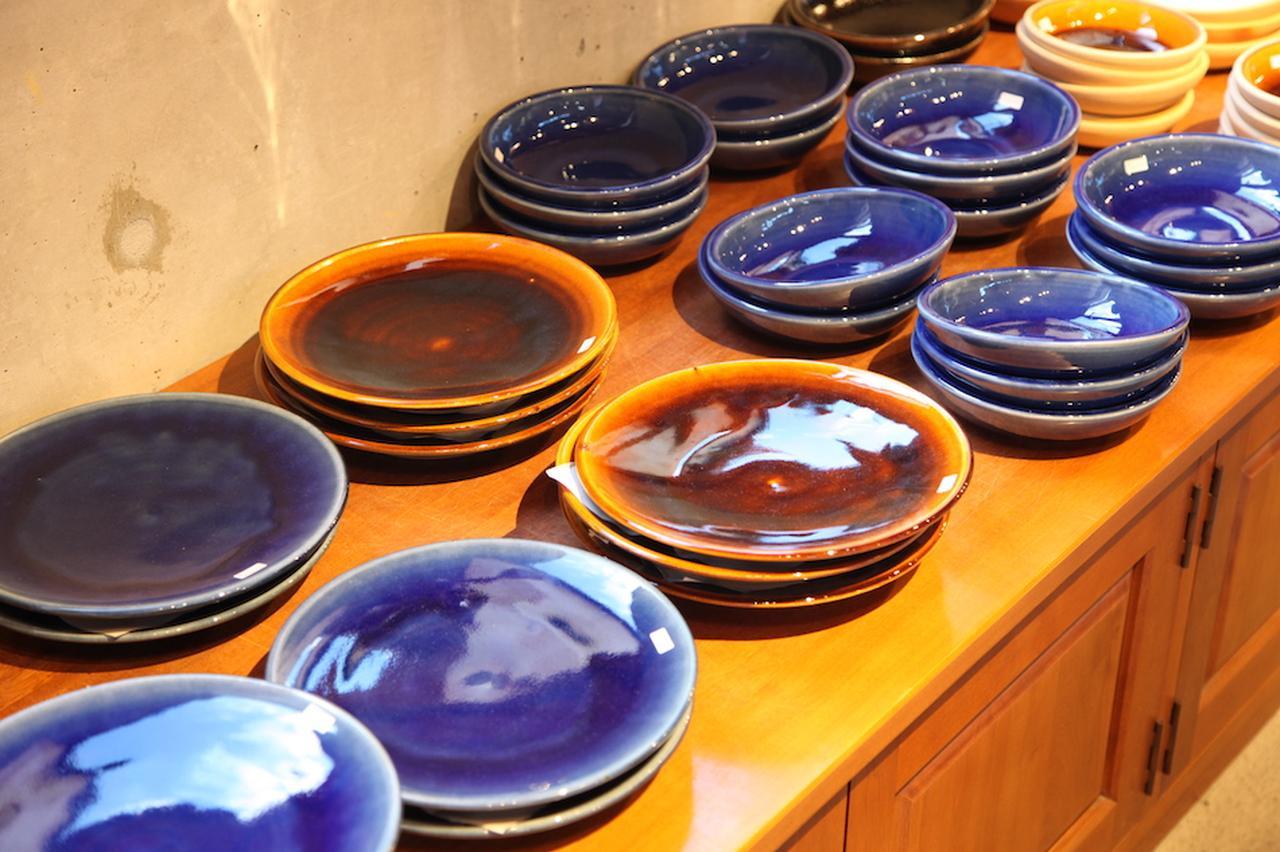 画像: 出西窯のうつわ。艶やかな飴色、コバルトブルーが美しい