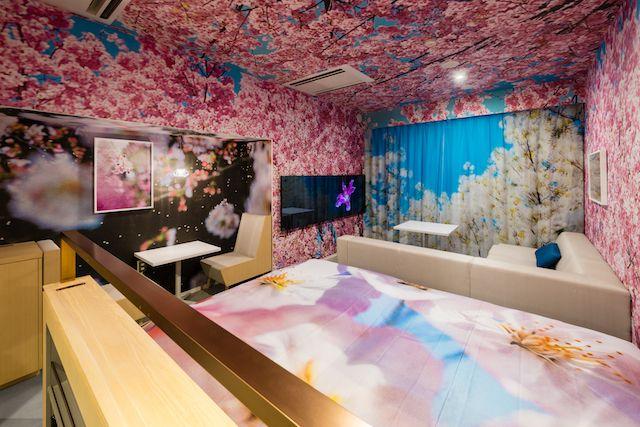 画像: 写真家・蜷川実花氏が手がけた客室では、まるで彼女の作品のなかに滞在するような体験ができる
