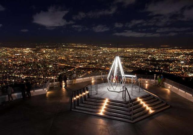 画像: 記念写真スポットとしても有名な、山頂展望台の「幸せの鐘」