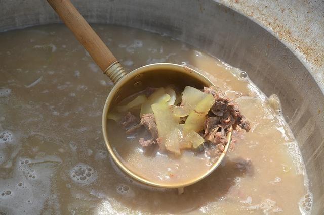 画像: エイドステーションでふるまわれる郷土料理「ヤギ汁」。島ではお祝いの席に食べられ、滋養強壮によいとされている