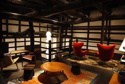 画像: 築150年の古民家をリノベーションした空間に合わせてデザイン家具をコーディネート