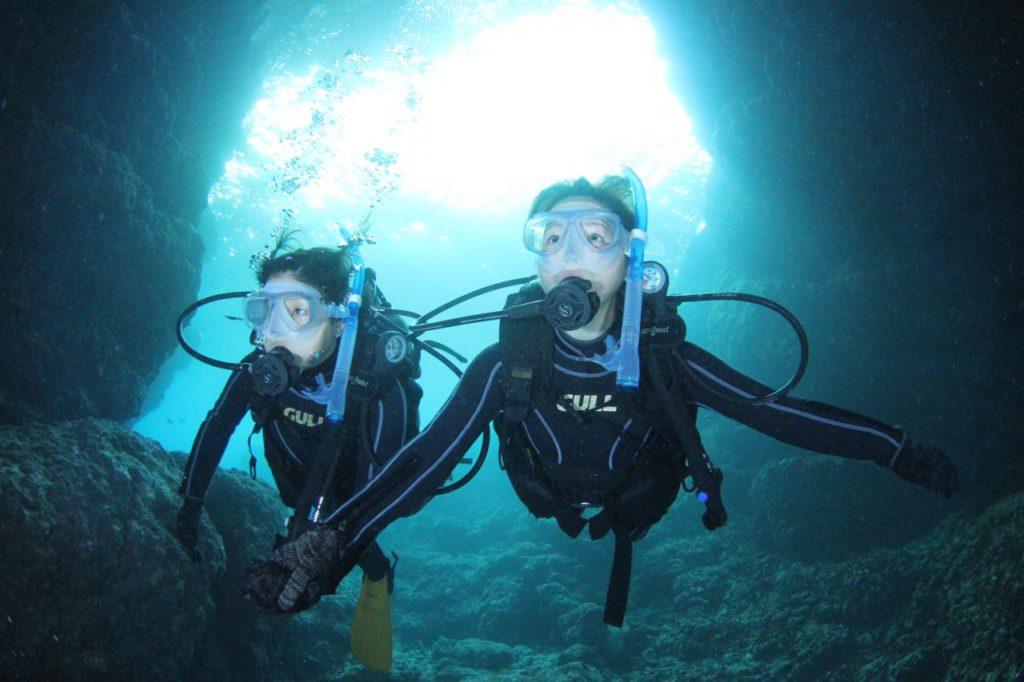 画像: 美しい青の洞窟内部をダイビングできます。(写真提供:マリンクラブ ナギ)