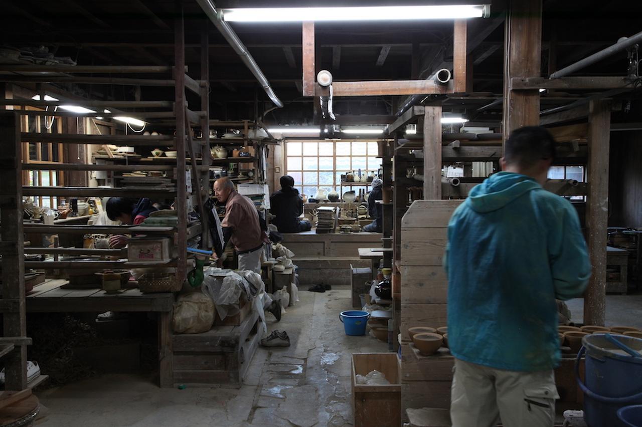 画像: 見学が自由な工房。かつては分業制だったが、現在は各自がロクロ成形から釉薬掛けまでのすべての工程を受け持つ