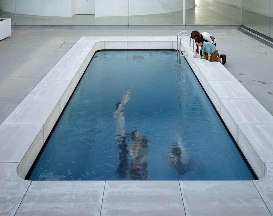 画像: レアンドロ・エルリッヒ《スイミング・プール》2004年 金沢21世紀美術館蔵 撮影:中道淳 / サアンドパートナーズ 写真提供:金沢21世紀美術館