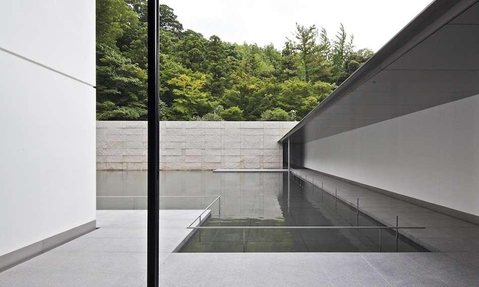 画像: 外部回廊と水鏡の庭・石積み