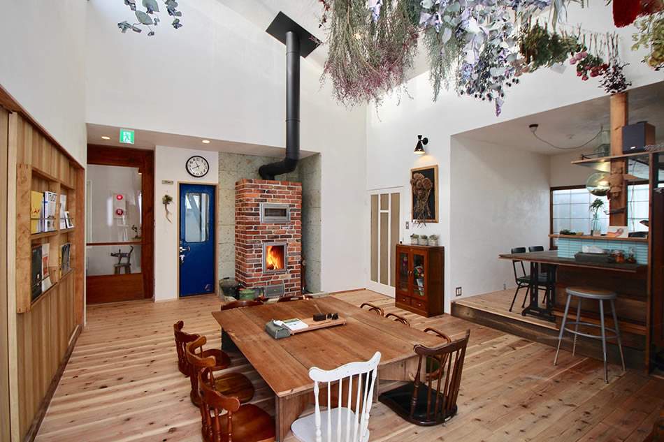 画像: 薪ストーブがある共用スペース兼食堂