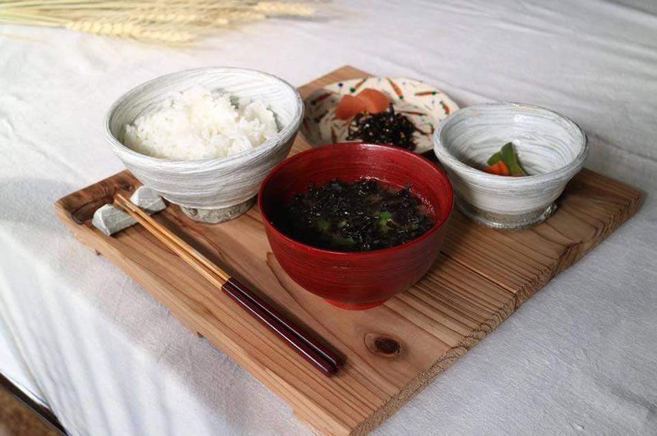 画像: 朝食には道南産の白米をはじめとする、地元食材が使われている