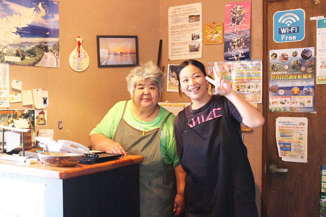 画像: 女将の川畑さんとお店のスタッフ