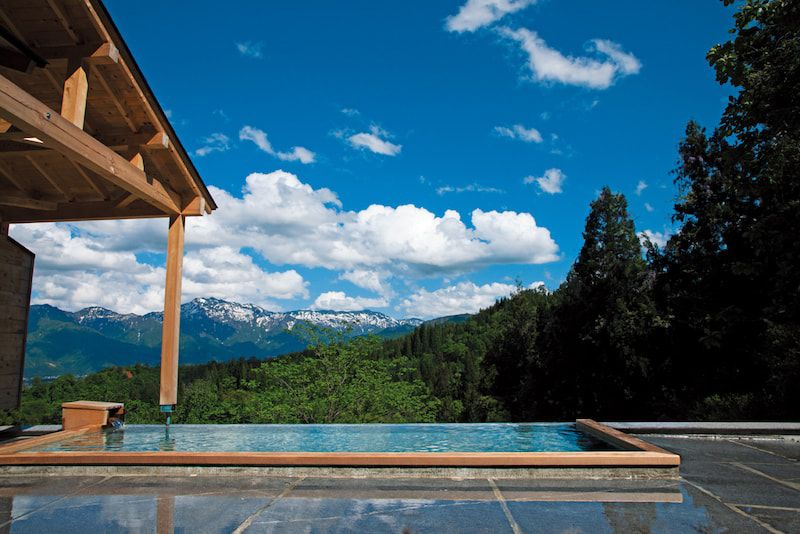 画像: 山々を眺めながらの絶景露天風呂