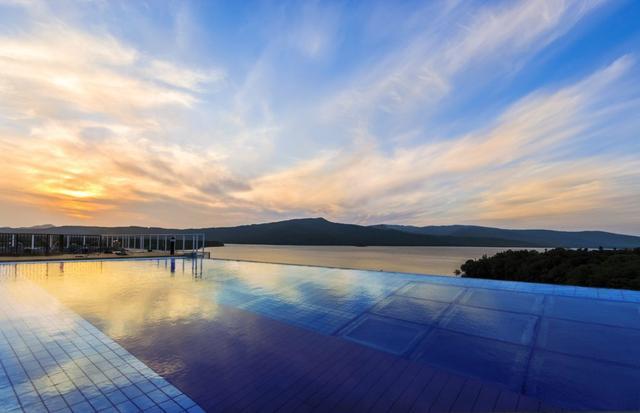画像: 朝と夕で表情を変える水面が美しい