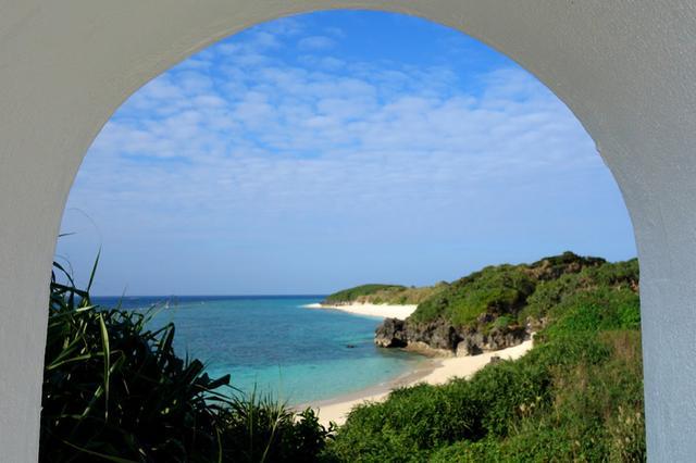 画像: 白い駅舎の屋根から覗く、砂浜と青い海は必見