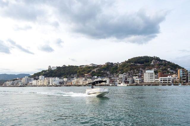 画像: ©Tetsuya Ito/Courtesy of DISCOVERLINK Setouchi 海と山に挟まれた尾道の風景を船上から楽しめるショートクルージングプランが宿泊者限定で用意されている