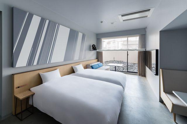 画像: 名和晃平氏プロデュースの客室。重力をテーマに、現代アートと和が調和した空間になっている