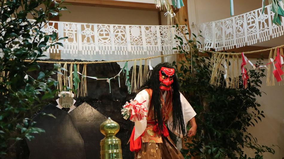 画像: 天照大神(あまてらすおおみかみ)など、日本の神話に出てくる神々が登場する高千穂の夜神楽