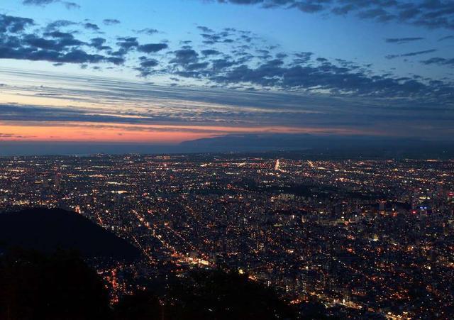 画像: 藻岩山からの景色は夕暮れ時も格別