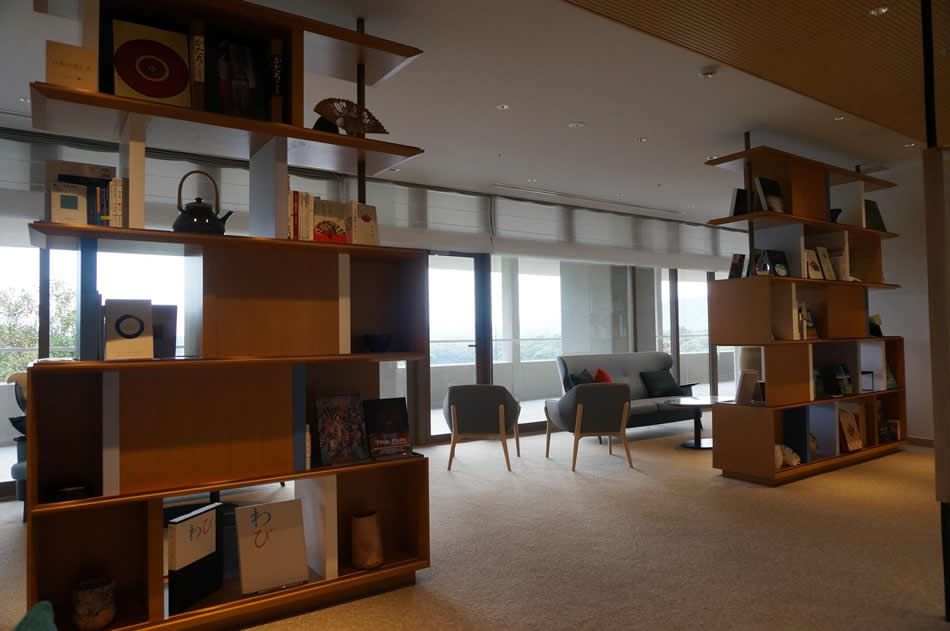 画像: 伊勢志摩の文化をテーマにした約400冊もの蔵書が立ち並ぶ