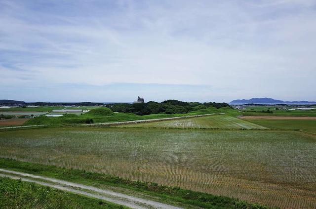 画像: ポコポコと大地が盛り上がった光景が個性的な「新原・奴山古墳群」
