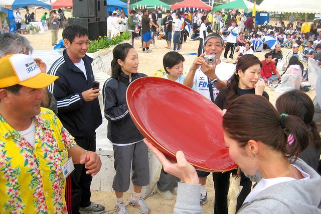 画像: ゴール直後の後夜祭では与論島オリジナルの黒糖焼酎「島有泉」がふるまわれる