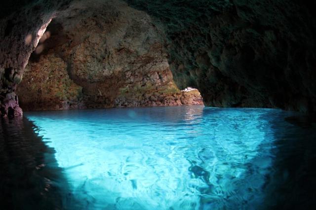 画像: 真栄田岬からアクセスする青の洞窟。神秘的な青い世界が広がる大人気スポットです。(写真提供:マリンクラブ ナギ)