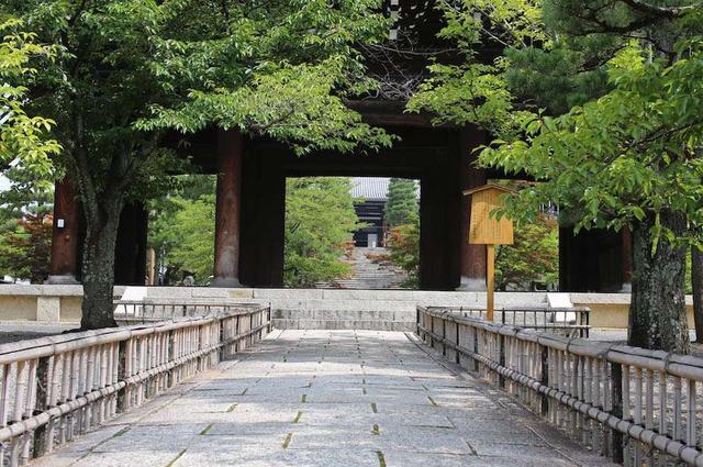 画像: 浄土宗大本山・くろ谷 金戒光明寺: まだまだ穴場。美しい紅葉が山門を飾るお寺