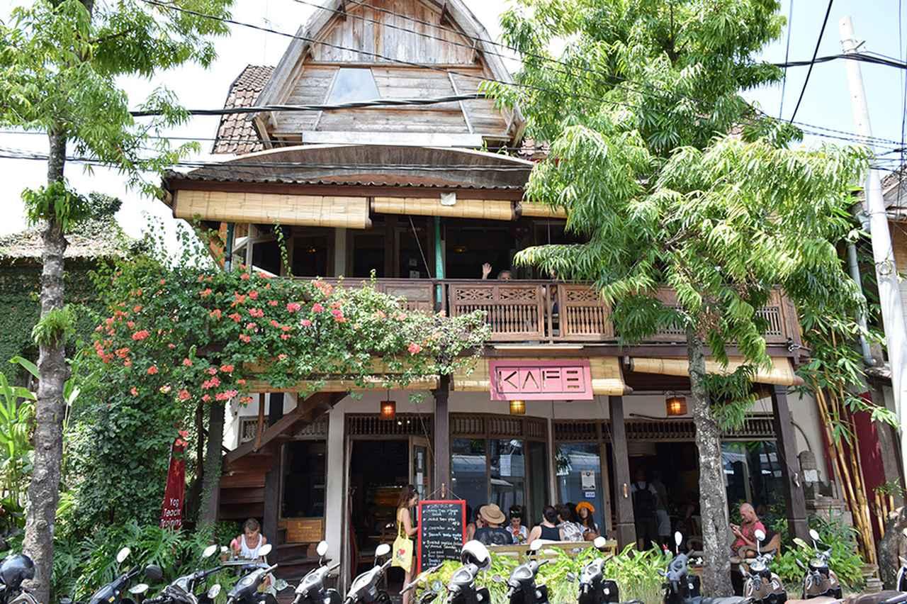 画像: 木の温もりを生かした、オープンエアのカフェ