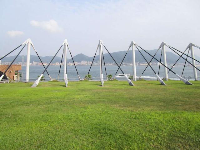 画像: 芝生の屋上にて、関門海峡を眺めながらいただくお寿司は極上(写真提供:唐戸市場管理事務所)