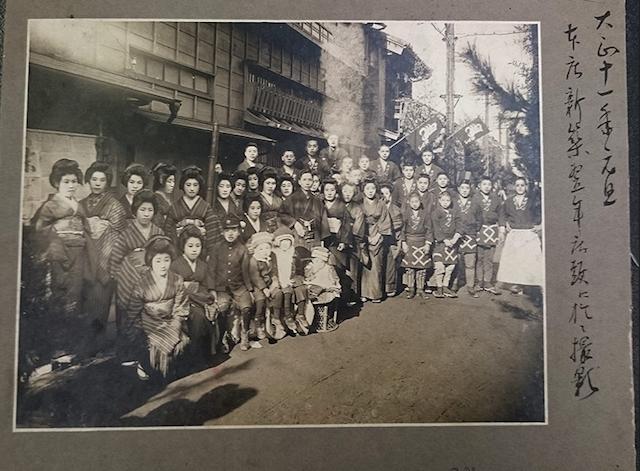 画像: 店内には過去の写真が飾られている。こちらは大正11年、お店の前で撮影されたもの
