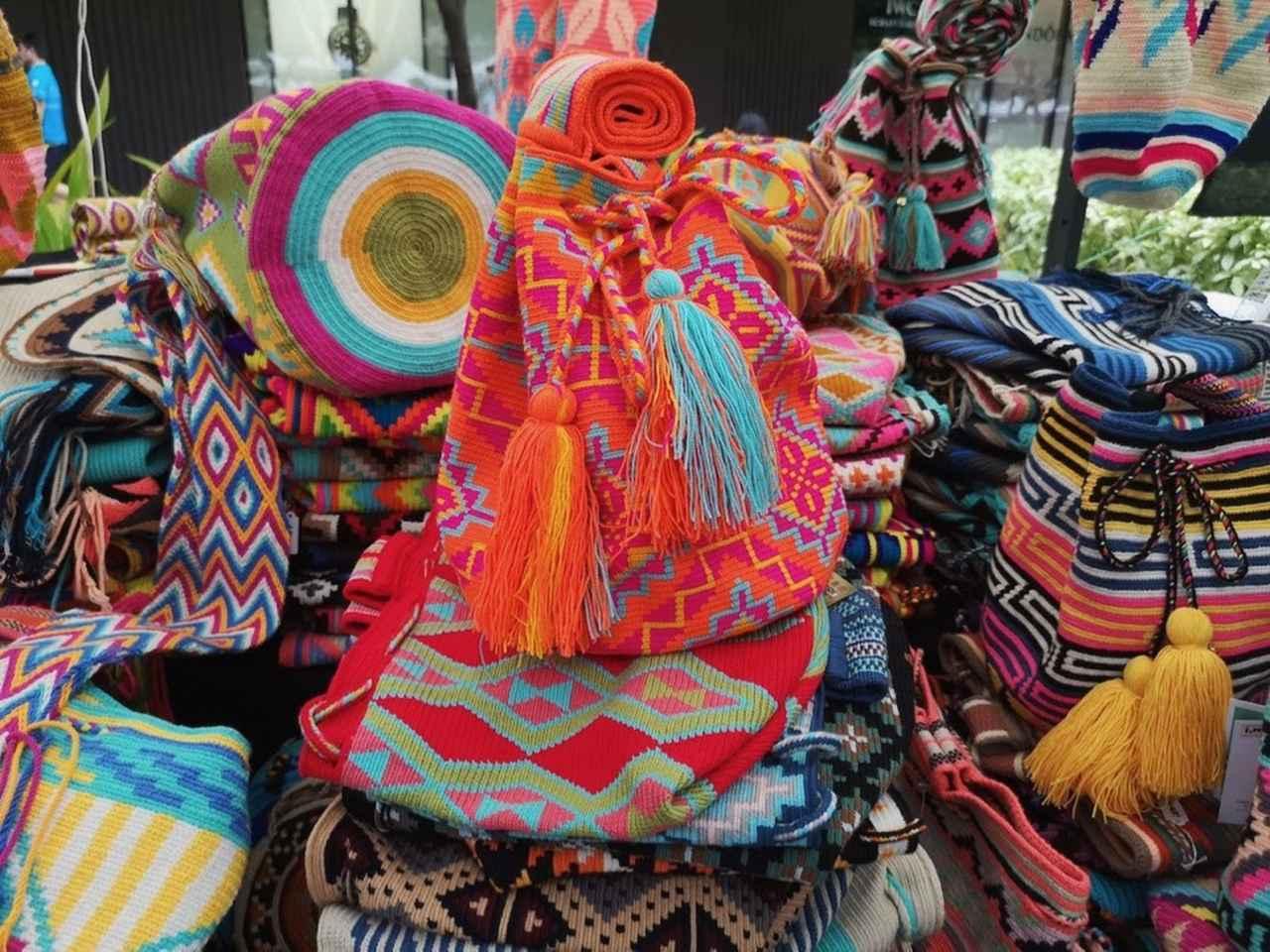 画像: ハンドメイドの色鮮やかなバッグや小物
