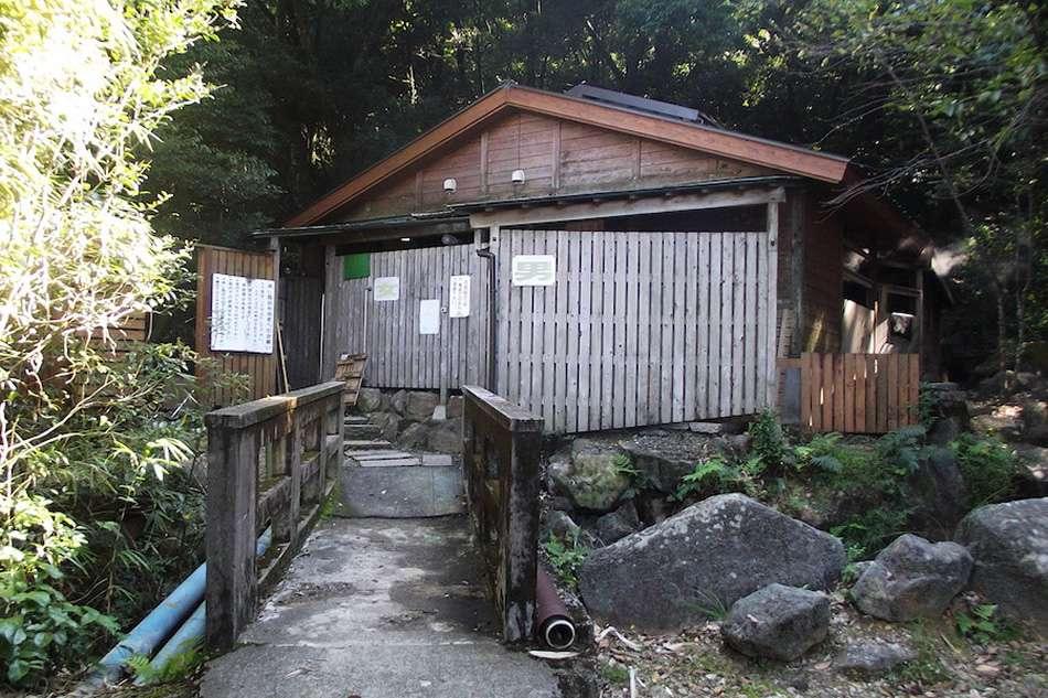 画像: 男女別の蒸し風呂。手前の水風呂には、近くの白鳥神社からひいた神聖な水を使用