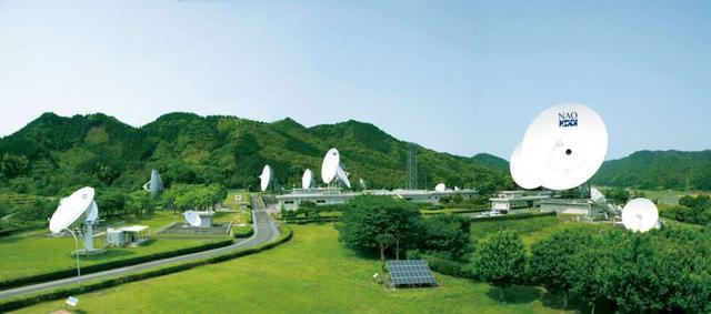 画像: 大自然を背景に、直径最大34m、24基のパラボラアンテナ群が広がる(写真提供:KDDI)