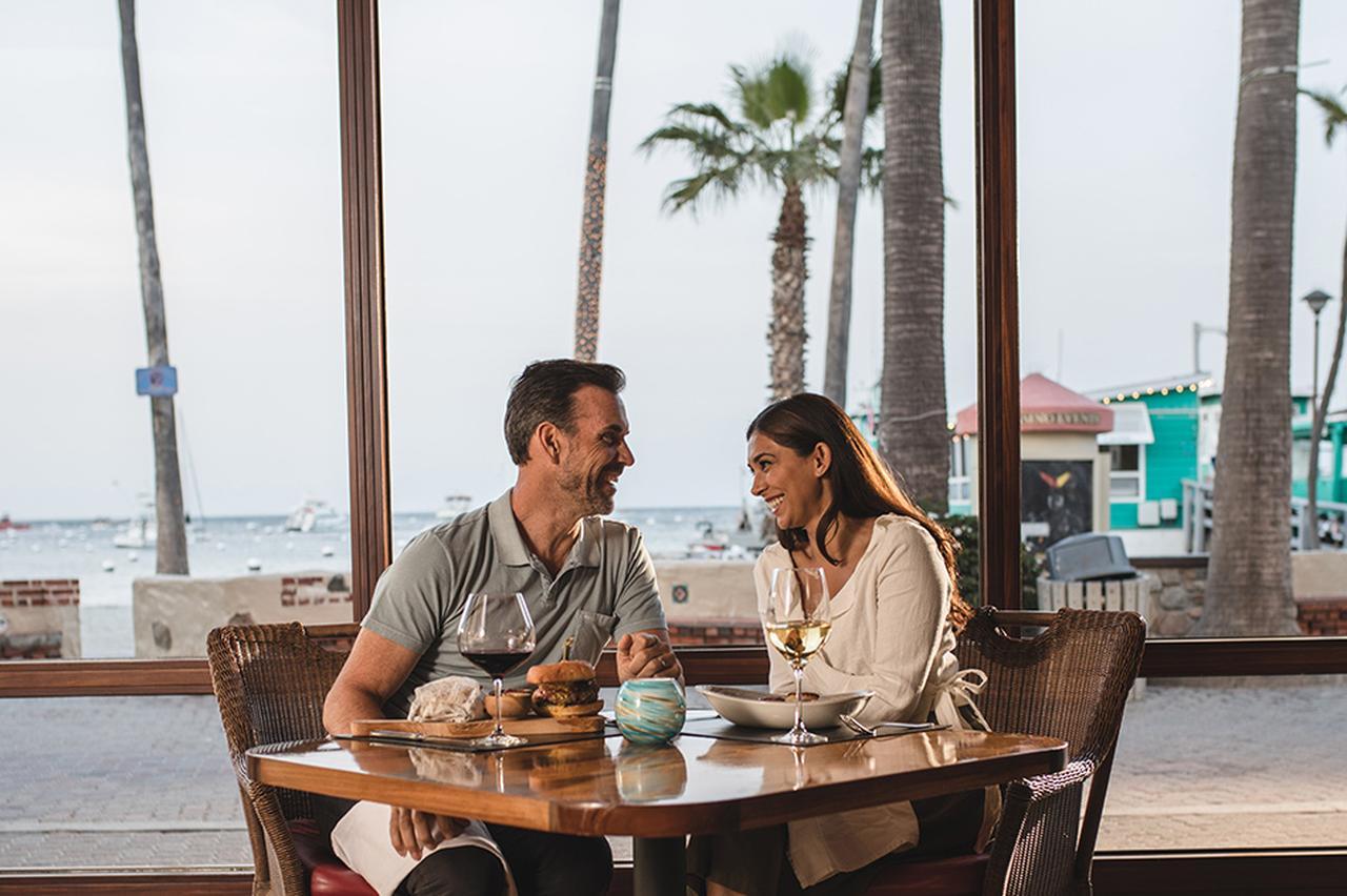 画像: Avalon Grillのテラス席 Photo:Catalina Island Company