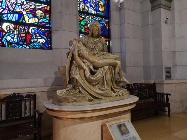 画像: マニラ大聖堂 ミケランジェロの最高傑作のひとつ、ピエタのレプリカを間近に見ることができる