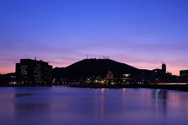 画像: 夕闇に浮かび上がるシルエットは美しい眉の形を描く